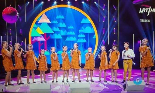 """Pagėgių vokalinis ansamblis dalyvavo konkurso """"Dainų dainelė"""" tiesioginiame eteryje"""