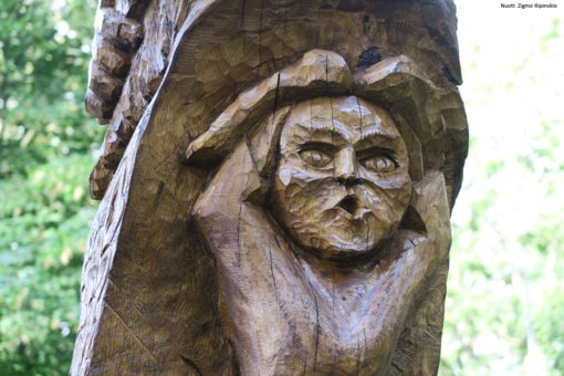 Medžiai tęsia savo gyvenimą virtę išraiškingomis Kuršėnų parko skulptūromis