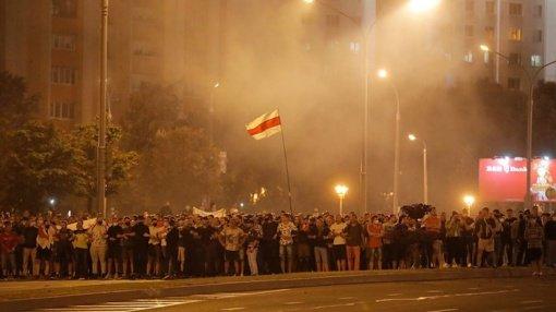 Minske protestuoja iki 10 tūkstančių žmonių, apie 20 sulaikyta