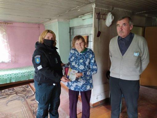 """Lazdijų rajono policijos komisariato pareigūnės vykdė prevencinę priemonę """"Senjorai"""""""