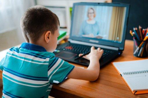 Nematomi nuotolinio mokymo rezultatai: beveik pusė vaikų prie ekranų praleidžia daugiau penkių valandų