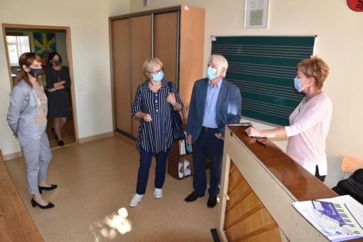 Lazdijų meno mokyklą aplankė mokyklos įkūrėjas Juozas Mikutavičius