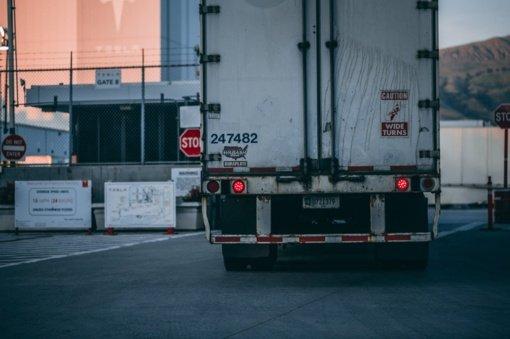 Kazlų Rūdoje, prakiurus krovininio automobilio kuro bakui, išsiliejo naftos produktai