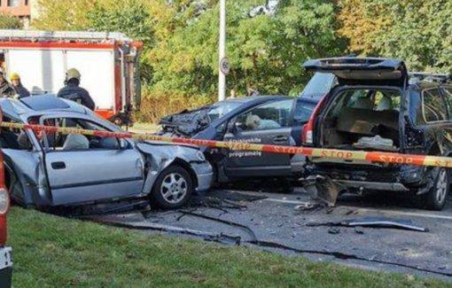Skaudi avarija Vilniuje: susidūrus 5 automobiliams žuvo žmogus