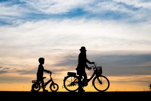 Tyrimas rodo: tėvai vaikams dviračiu leidžia važiuoti be šalmo