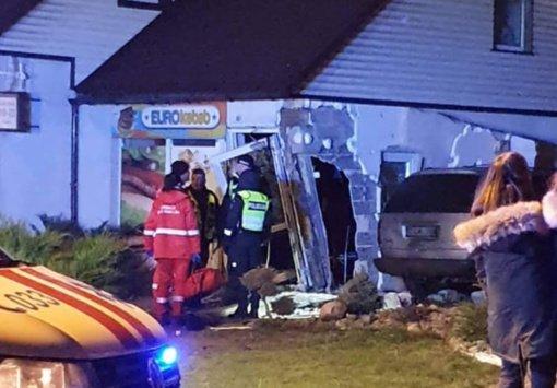 Kelmėje nuteistas į kebabinę automobiliu tyčia šešis kartus įvažiavęs vyras