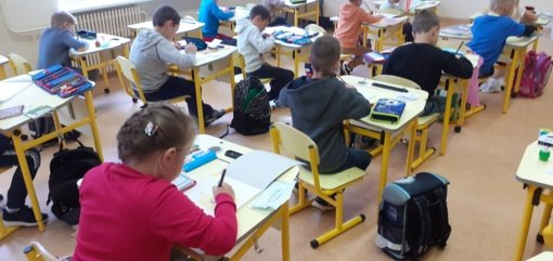 Visagino poliklinikos vaikų skyrių papuošiantys moksleivių ir M.Jonučio piešiniai padės mažiesiems sveikti