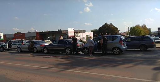 Kėdainiuose susidūrė trys automobiliai (vaizdo įrašas)
