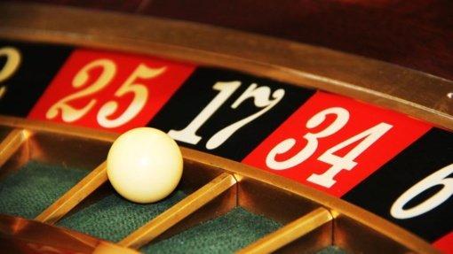 Į azartinius lošimus įklimpusi buhalterė pralošė 108 tūkst. darbdavio eurų, šis svarstė darbuotojams mažinti algas