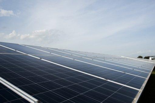 Kauno oro uoste svarstoma įrengti saulės jėgainių parką