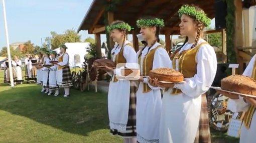 Vidiškiuose vyko tradicinė derliaus šventė (vaizdo įrašas)