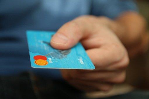 Šakių rajono gyventoja sukčiams pervedė 1590 eurų