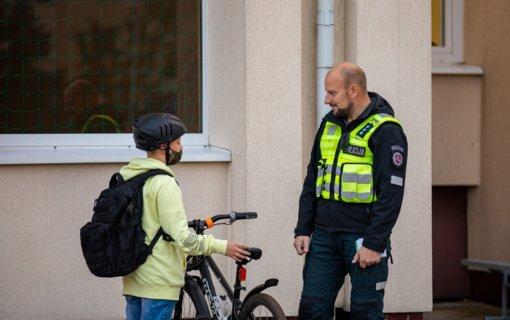 Pareigūnai Slengiuose vėl tikrino, kaip taisyklių laikosi važiuojantys dviračiais ir paspirtukais