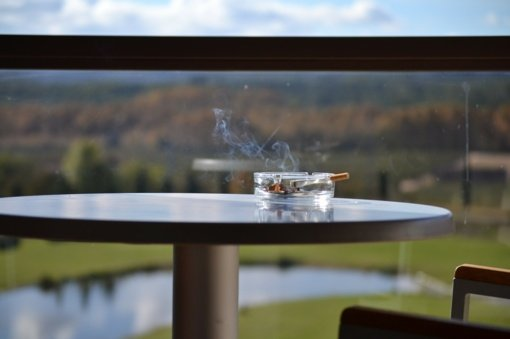 Savivaldybės kol kas nežino kaip užtikrintų, kad žmonės nerūkytų balkonuose