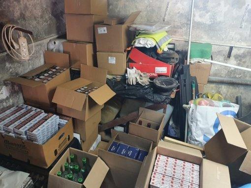 Karmėlavoje esančiame garaže pasieniečiai aptiko nelegalių rūkalų ir alkoholio