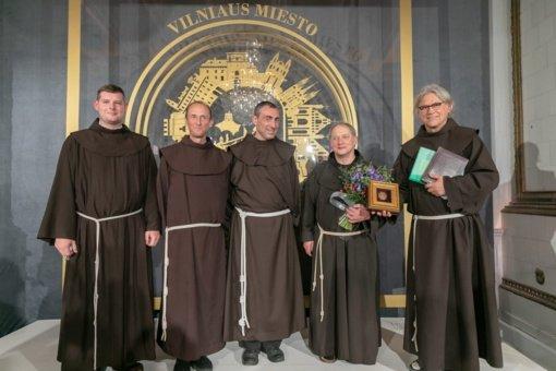 Sostinės meras kunigui Juliui Sasnauskui įteikė Vilniaus garbės piliečio regalijas