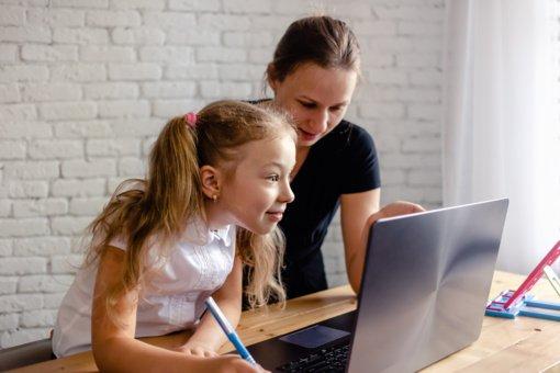 Nuotolinio mokymosi poveikis Lietuvos vaikams: ilgos valandos prie ekranų ir daugiau nuovargio