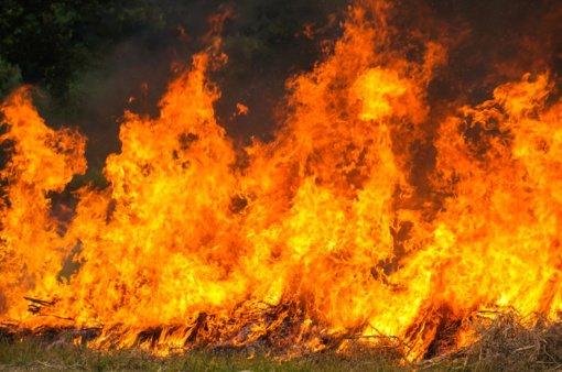 Šilavoto kaime atvira liepsna degė ūkinis pastatas