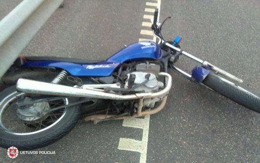 Klaipėdos rajone į automobilį trenkėsi motociklas, jo vairuotoja nukentėjo