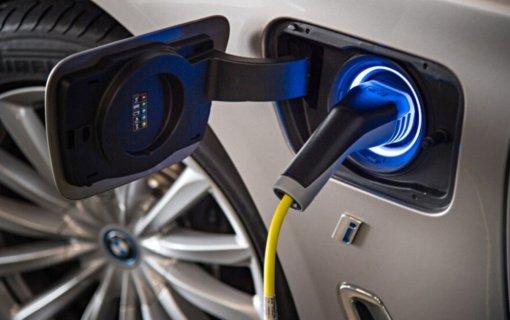 Ar įmanoma gesintuvu užgesinti elektromobilyje kilusį gaisrą?