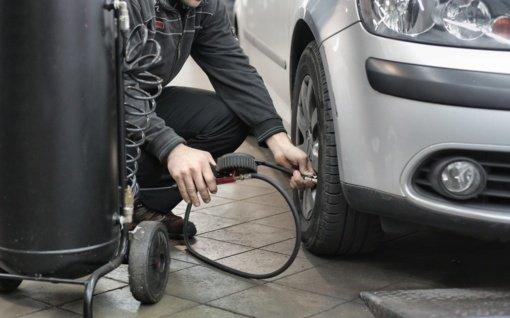 Ketvirtadalis Baltijos šalių vairuotojų padangų būklę tikrina kartą per mėnesį