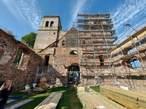 Konservuojami Bartninkų bažnyčios griuvėsiai