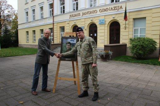 Karinių oro pajėgų atstovai gimnazijai dovanojo buvusio mokinio – lakūno Juozo Kumpio portretą
