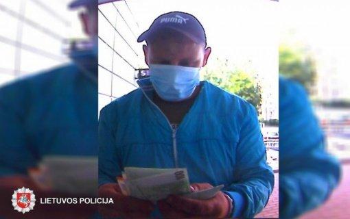 Panevėžio policija ieško vyro, kuris apgaulės būdu bankomate išgrynino 1 000 eurų
