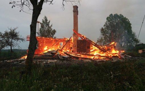 Ugniagesiai įspėja: kad ugnis nepasiglemžtų jūsų gyvybės ir namų, įsigykite autonominį dūmų detektorių