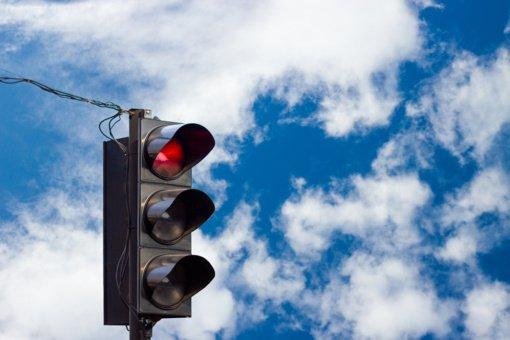 Radviliškio rajone vandalai sugadino šviesoforą ir kelio ženklus