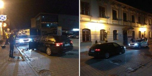 Girta dvidešimtmetė miesto centre taranavo šviesoforą: kelias buvo nelygus