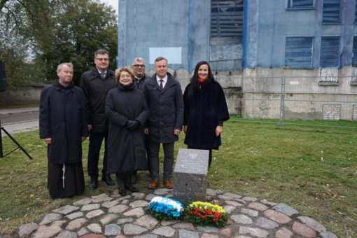 Lietuvos žydų istorijos atminimo įprasminimui Kretingoje atidengtas atminimo ženklas