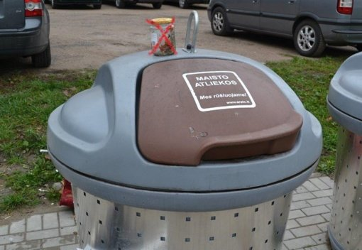 Prašo gyventojų nemesti stiklainių į maisto atliekų konteinerius