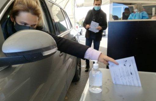 Saviizoliacijoje esantys rinkėjai patenkinti galimybe balsuoti automobilyje