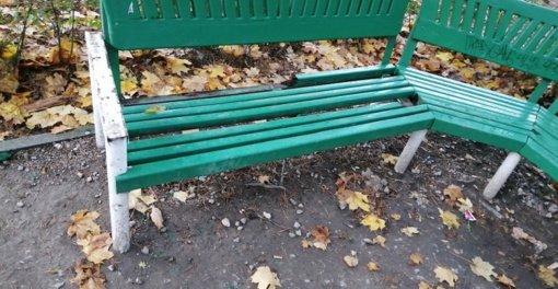 Savaitgalį suniokoti Miesto sodo suoliukai