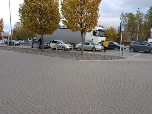 Dėl avarijos Tilžės-Gegužių gatvių sankryžoje apsunkintas eismas