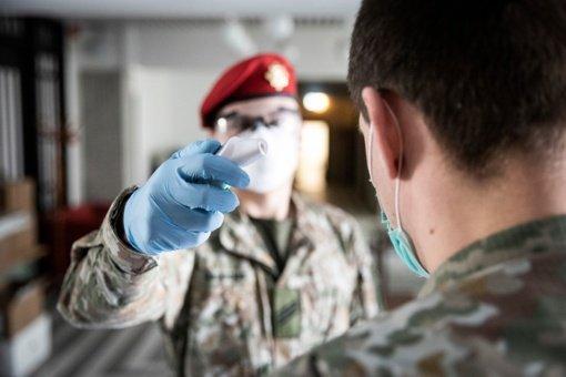 Lietuvos kariuomenė: grįžtame prie pasiteisinusių koronoviruso plitimo prevencijos priemonių