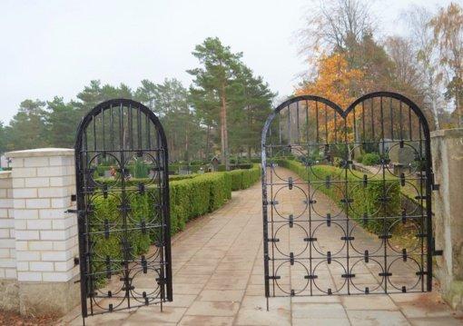 Artėjant Vėlinėms kapinėse įjungtas apšvietimas
