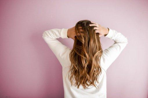 Prietarai: kodėl prieš miegą nepatartina šukuotis plaukų?