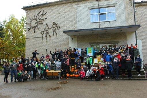 Mokyklos bendruomenė pasodino virš 2000 gėlių