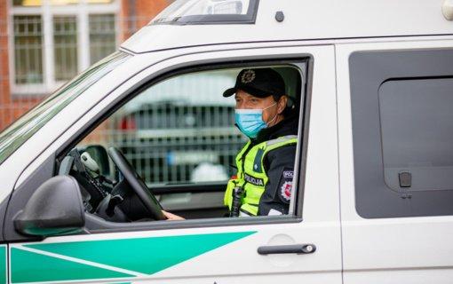 Klaipėdos apskrities pareigūnai ragina artimųjų kapus Vėlinių dienomis lankyti saugiai