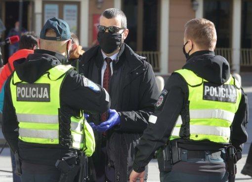 Vėlinių savaitgalį Klaipėdos apskrities policija dėl kaukių nedėvėjimo įspėjo 317 asmenų