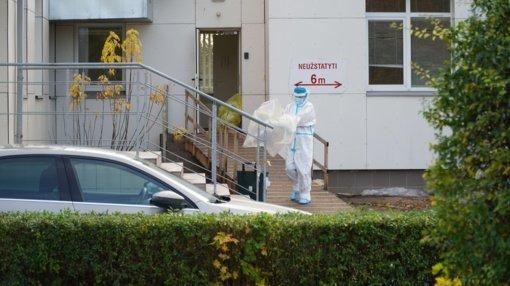 Fiksuojami nauji koronaviruso protrūkiai, plečiasi židiniai globos namuose