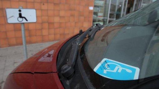 Nuo taršos mokesčio atleisti neįgalūs automobilių savininkai
