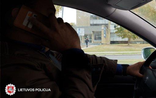 Panevėžio policijos pareigūnai tikrins, ar vairuotojai nesinaudoja telefonu už vairo