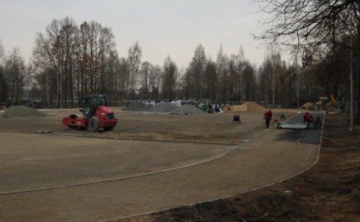 """""""Atžalyno"""" gimnazijos sporto aikštyne jau tvarkomi bėgimo takeliai"""