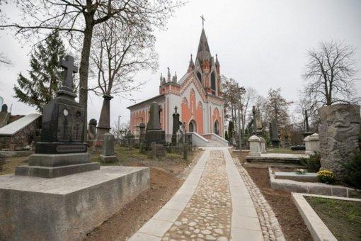 Vilniuje nenustatytas asmuo išvertė Rasų kapinių tvorą, paminklą ir paliko automobilį