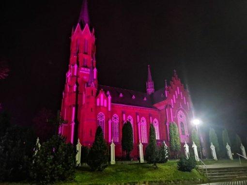 Per Lietuvą ritasi purpurinė banga – nušvito ir Šilalės bažnyčia