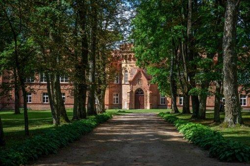 Jurbarke tvarkomas Raudonės pilies parkas