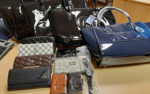 Policija demaskavo garsių prekių ženklų klastotėmis prekiavusius kauniečius